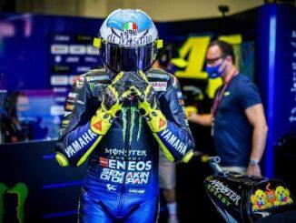 Valentino-Rossi-Balapan-Dengan-Helm-Desain-Baru-di-San-Marino