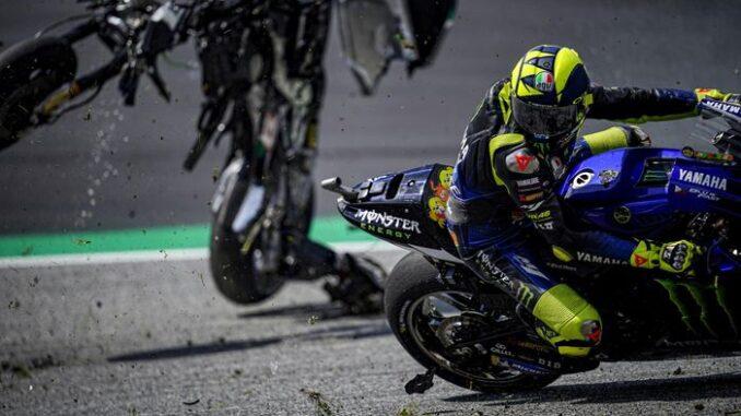 Valentino-Rossi-Nyaris-Terkena-Motor-Melayang-di-Atas-Kepalanya